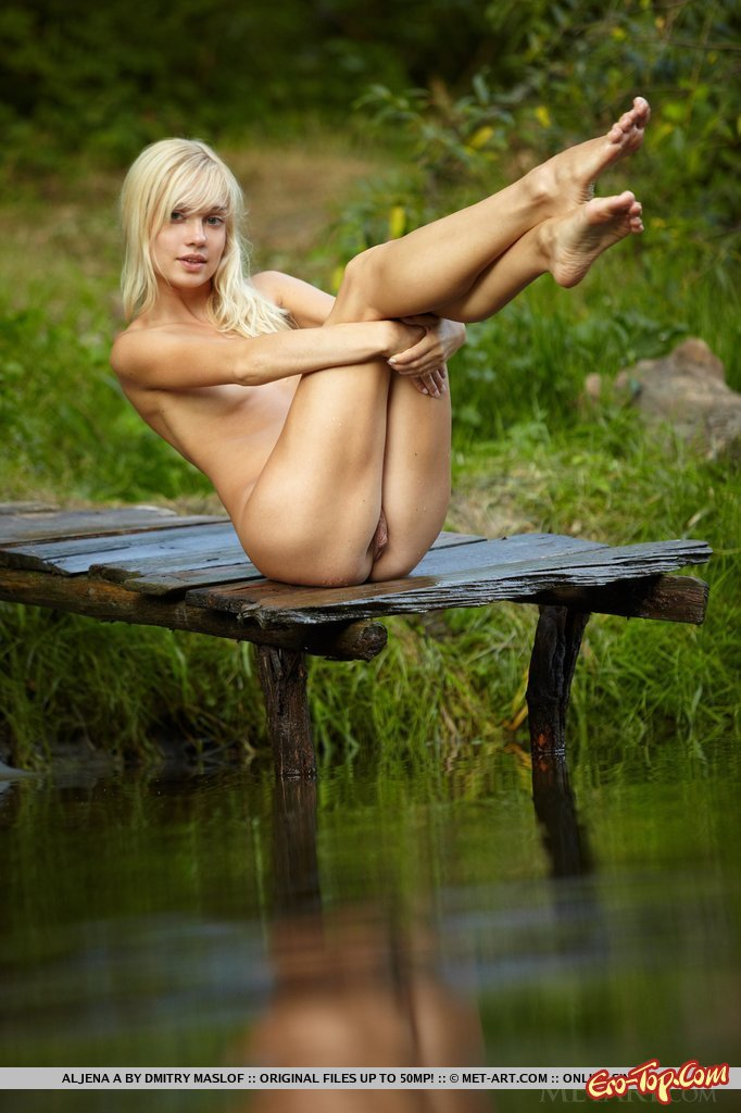 фото девушек в деревне на реке голышом