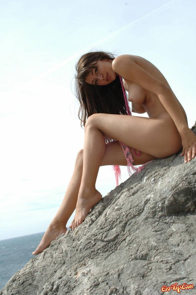 Голая девчонка на берегу