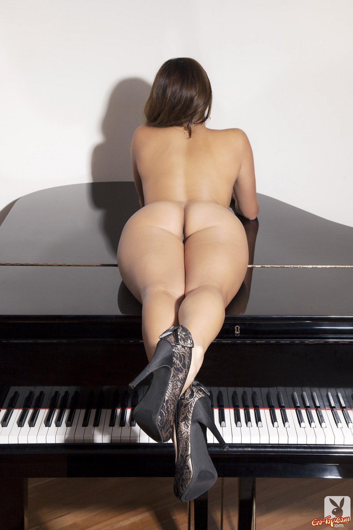Секс с девушкой на рояле 19 фотография