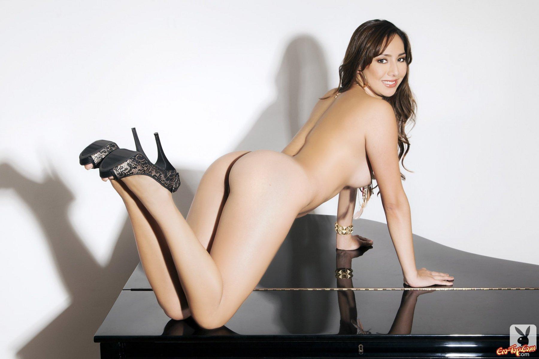 Обнаженная деваха на рояле