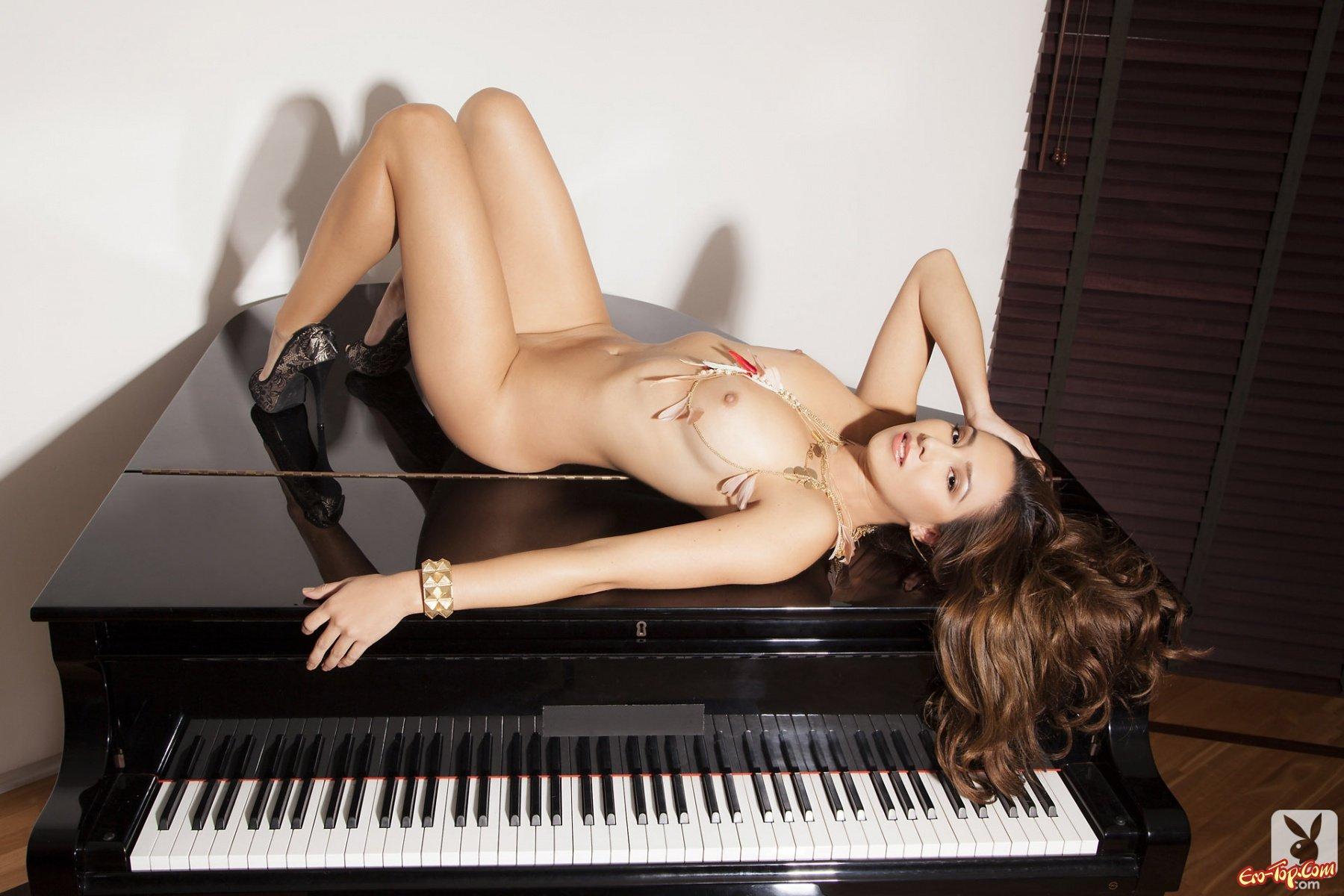 Фото голая девушка с роялем 3 фотография