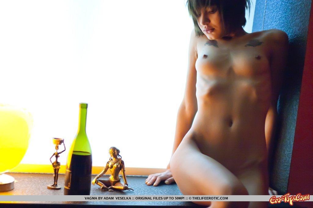 Худенькая голая девушка
