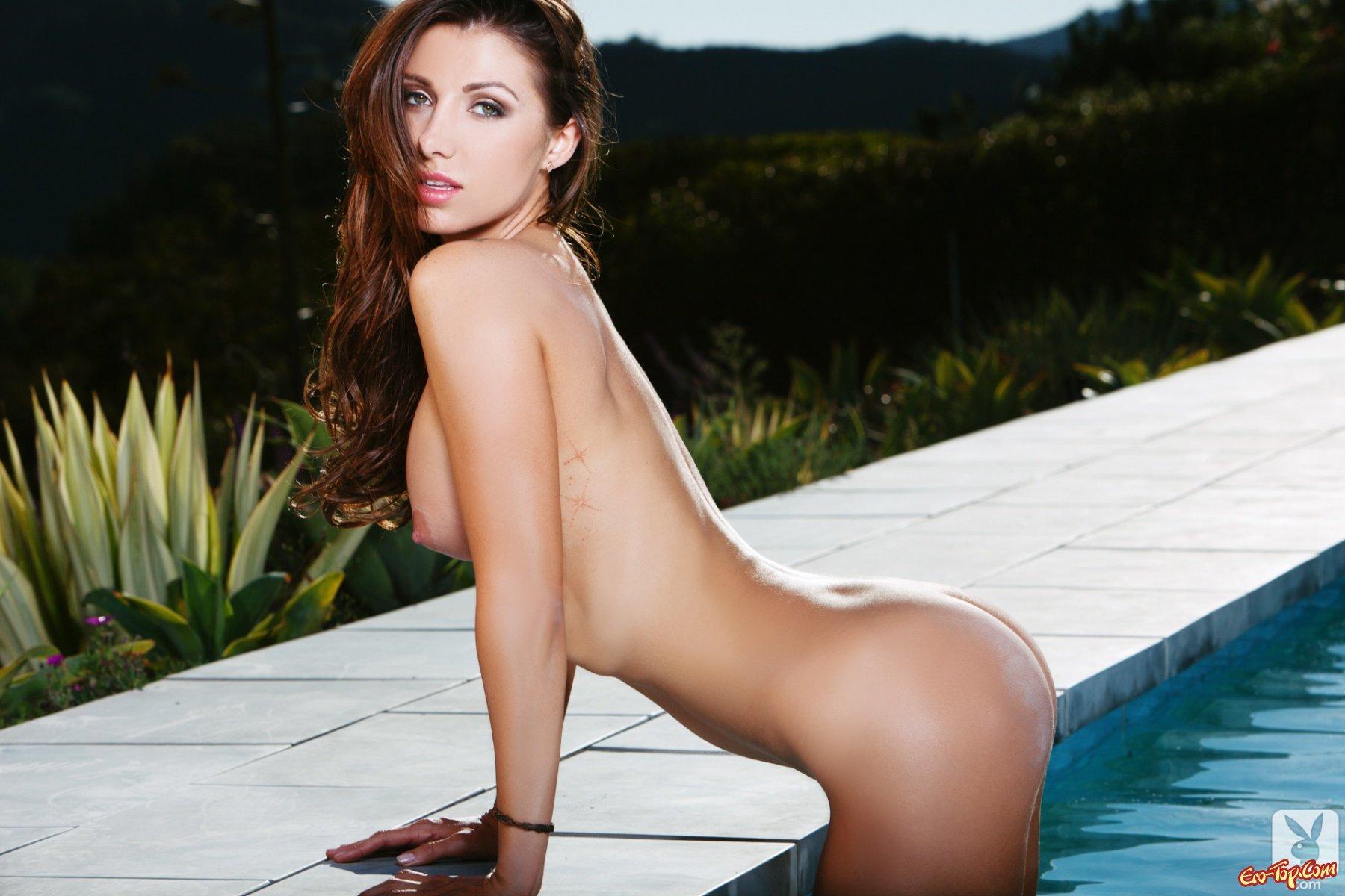 Casey Connelly в бассейне