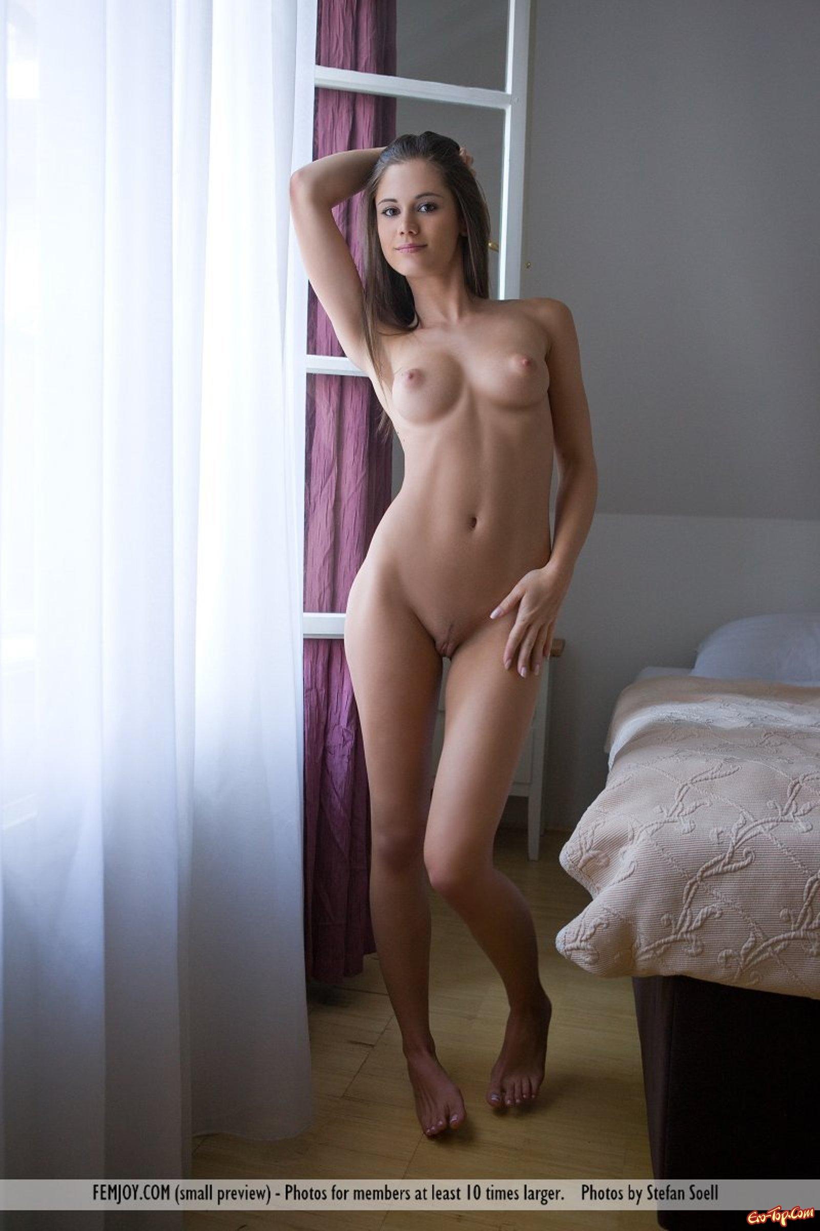 Юная красотка с красивой упругой грудью  Фото НЮ