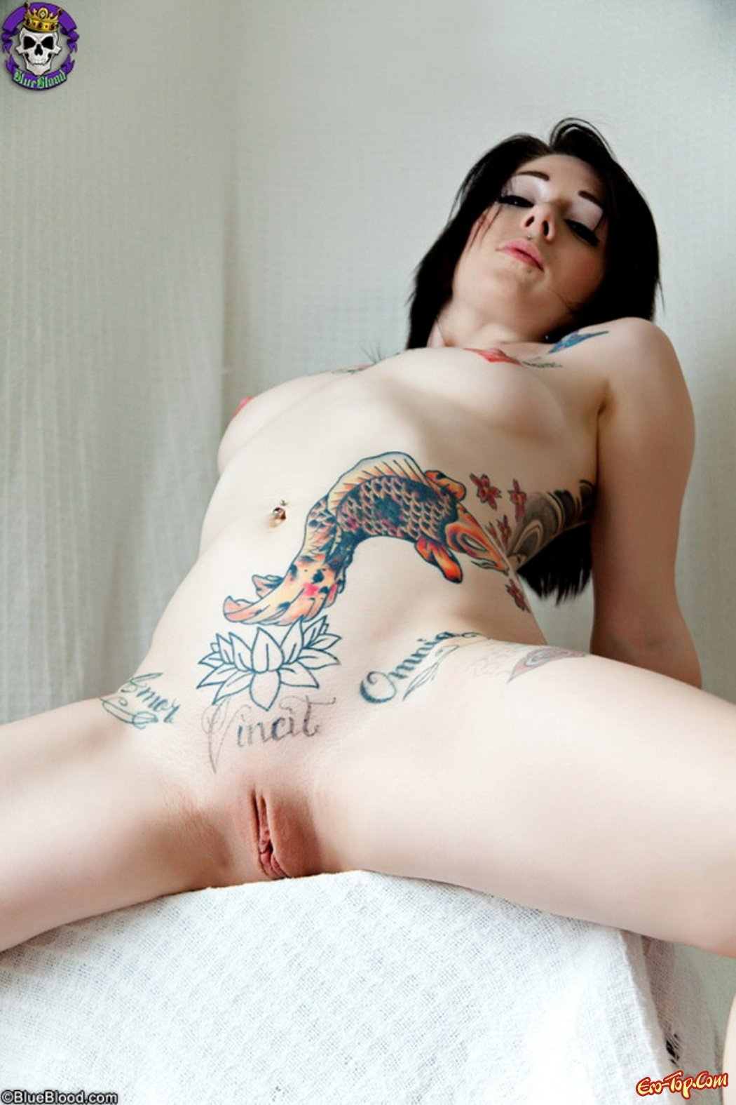Фото голые девки с татуировками 12 фотография