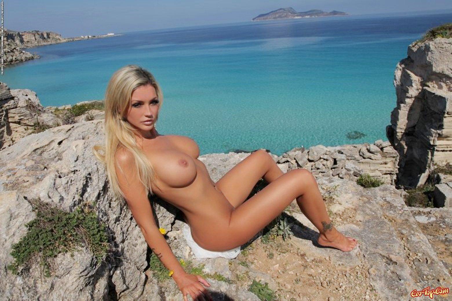 Блондинка на природе секс фото