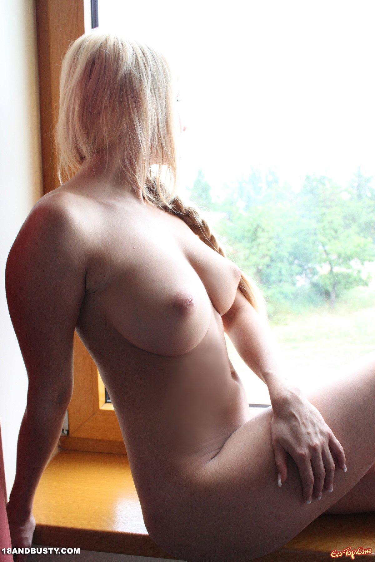 Пышногрудая блондиночка дома секс фото