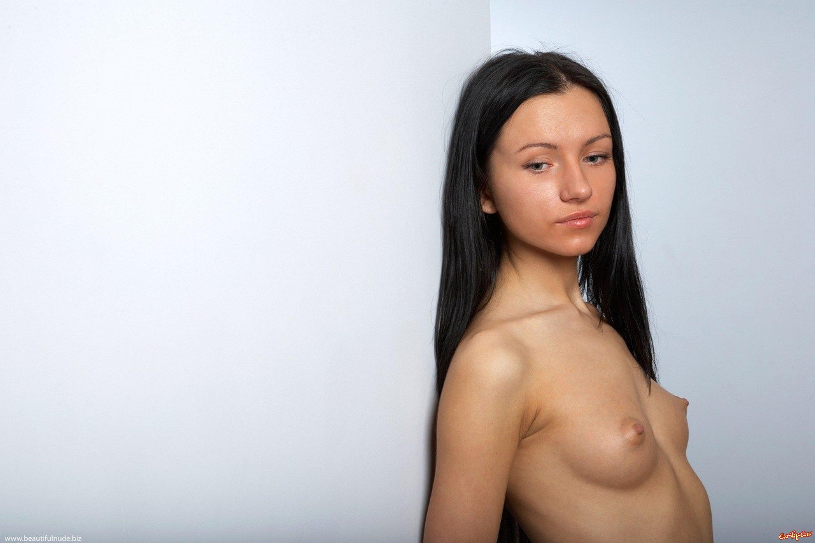18-летняя темноволосая девка Sasha Rose