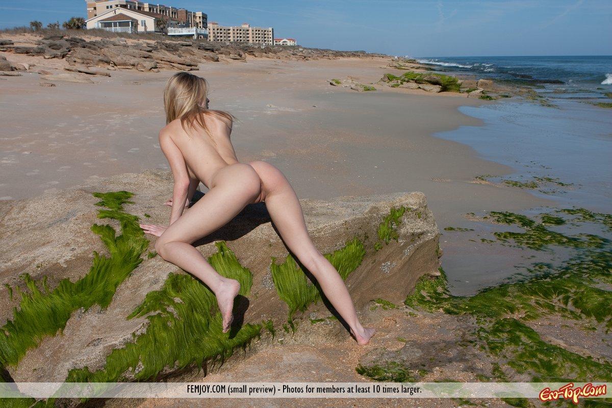 Разделась на берегу моря