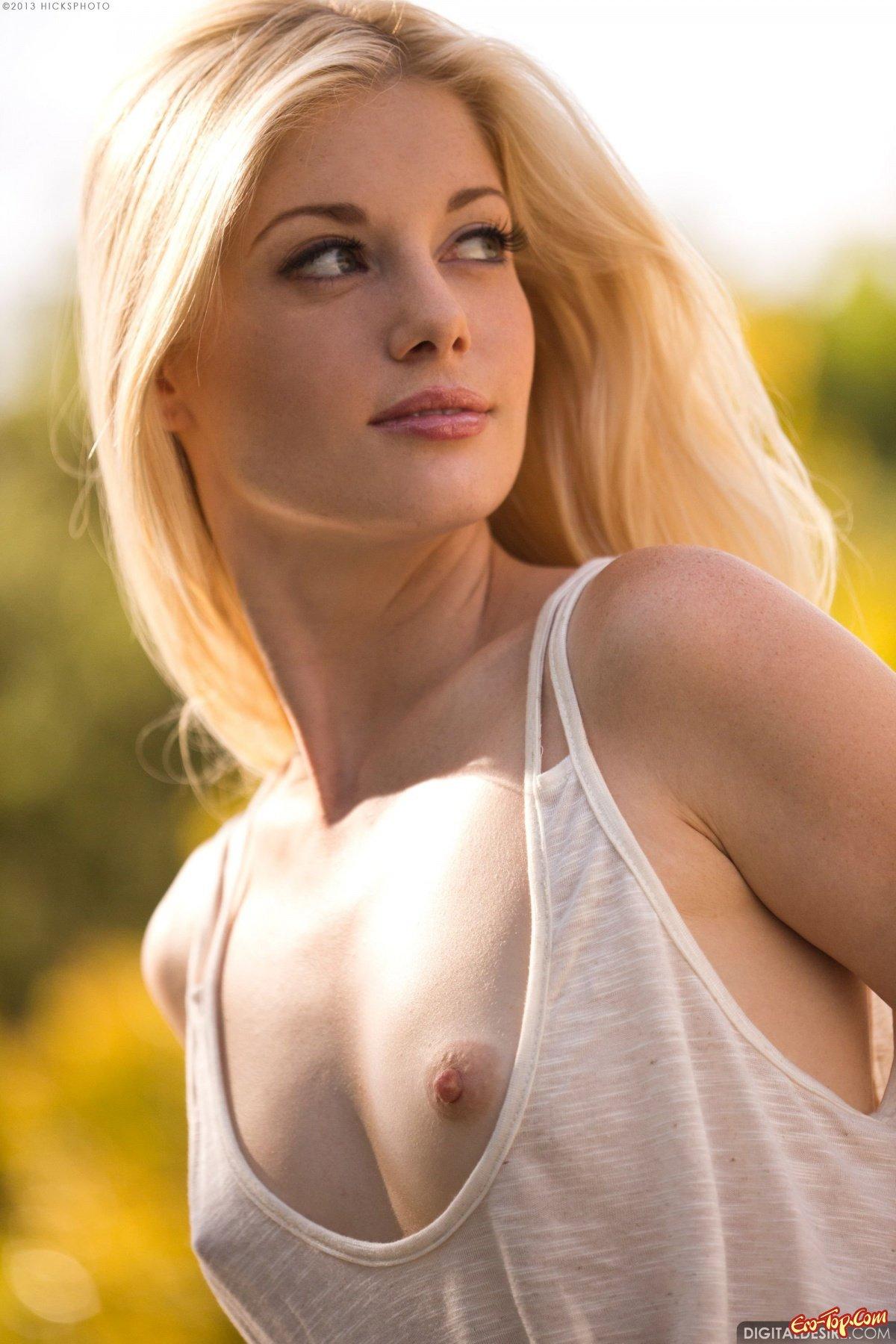Блондинка в белой майке секс фото