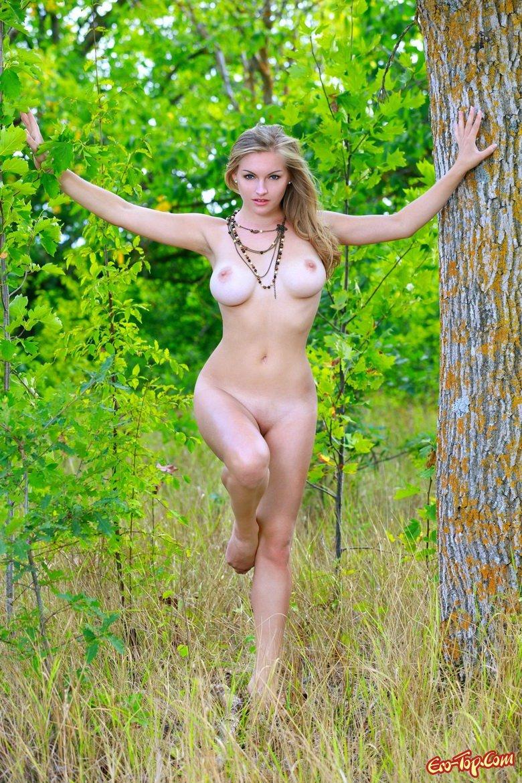 Девушка в летнем лесу