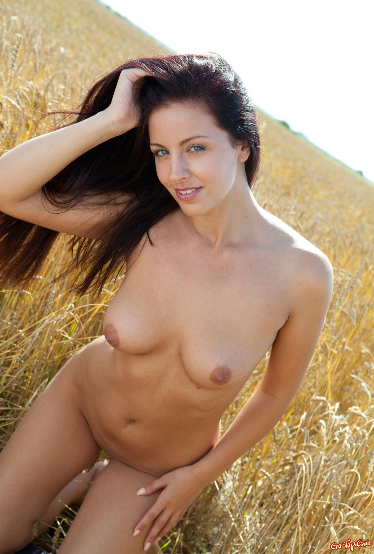 Голая в поле