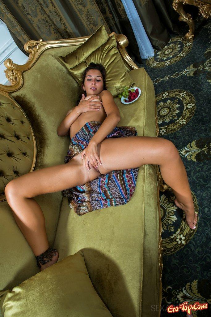 Лохматая киска мулатки секс фото