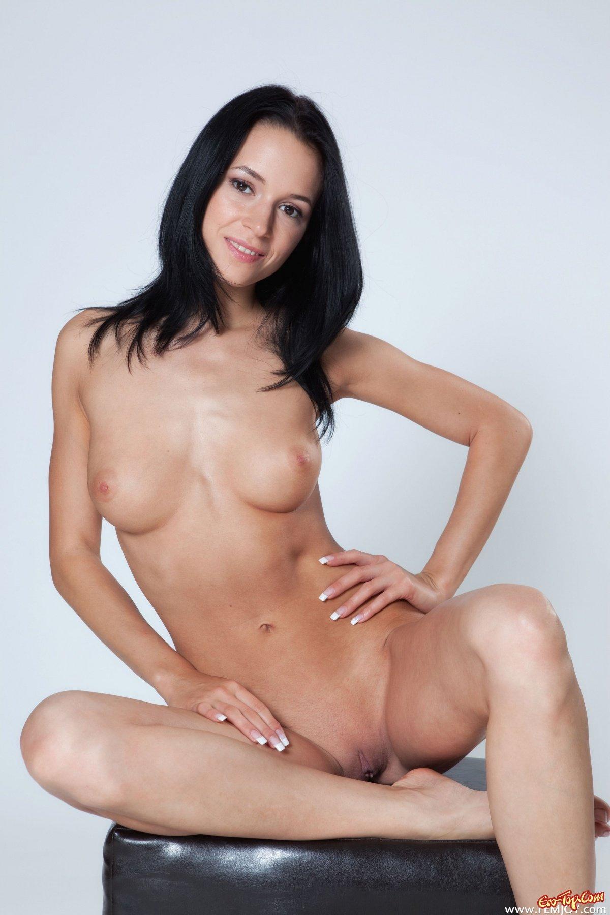 Голая ухоженная брюнетка секс фото