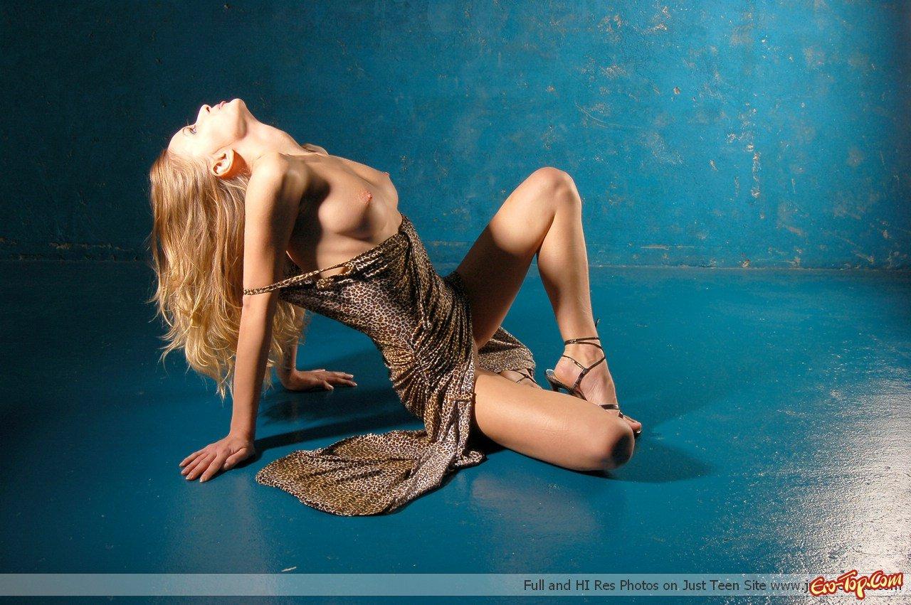 Раздетая ухоженная блондинка