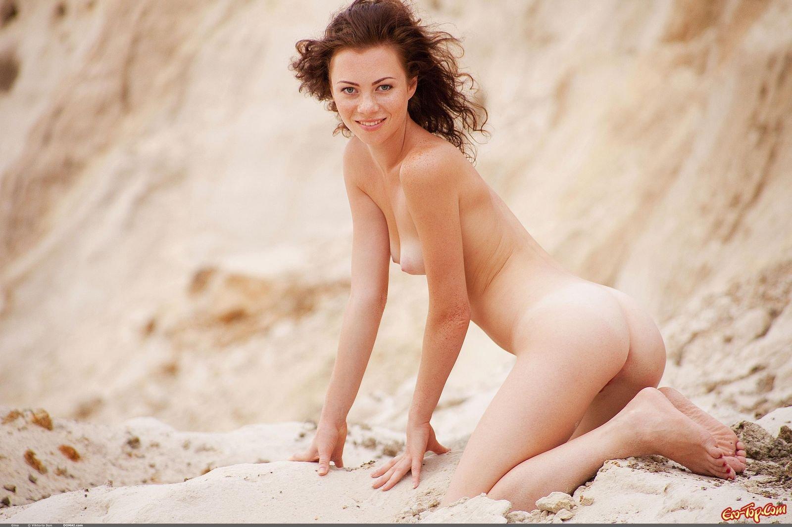 Нагая девушка на песке