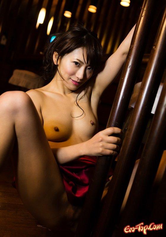 Симпатичная раздетая азиатка