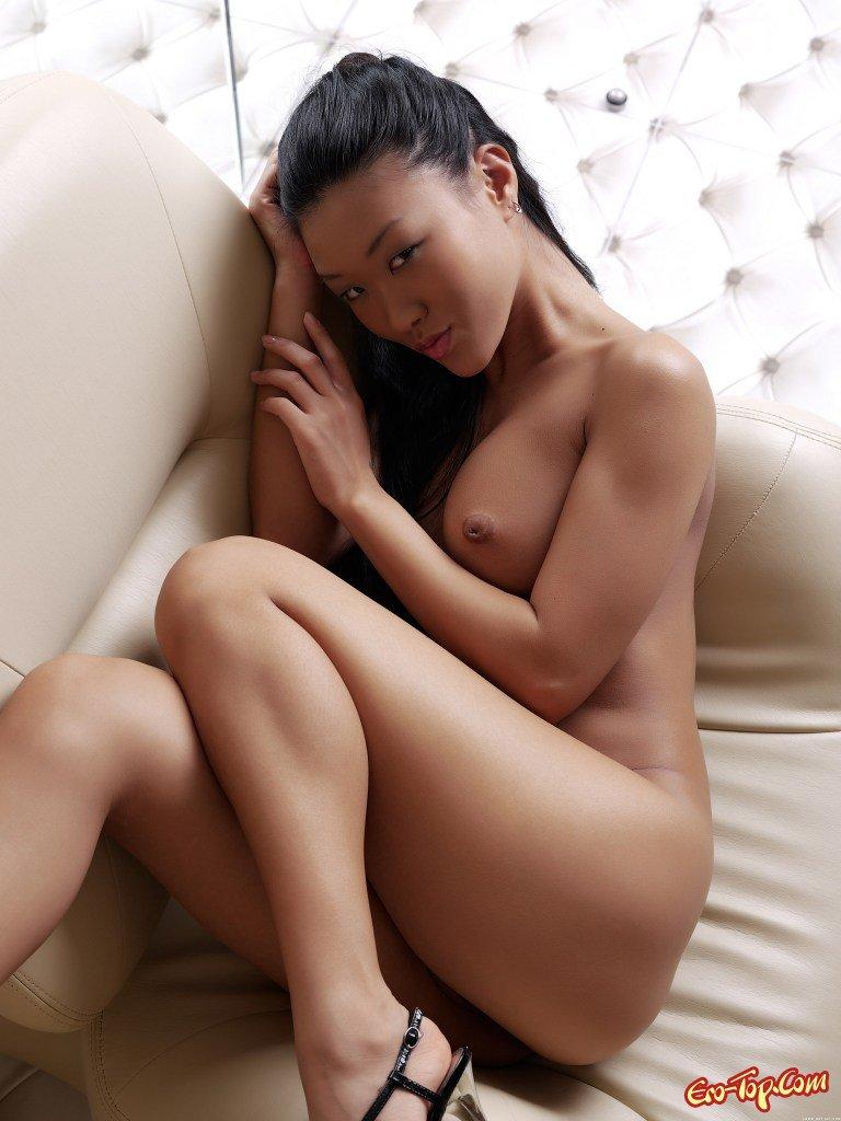 Голая азиатка