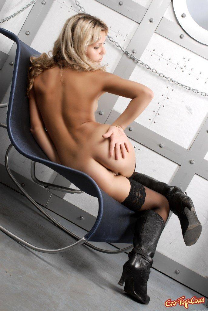 Светловолосая девушка в красивых чулках секс фото