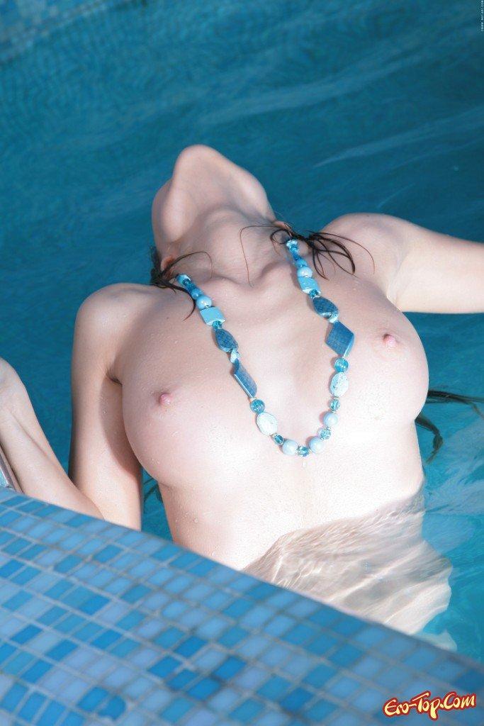 Шатенка в бассейне