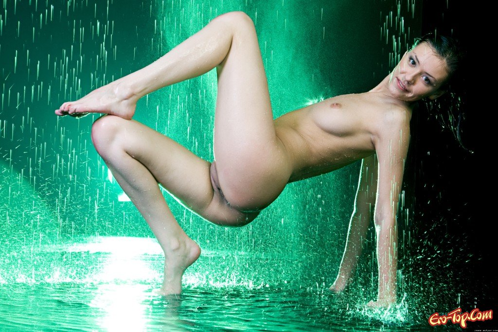 Влажная брюнетка