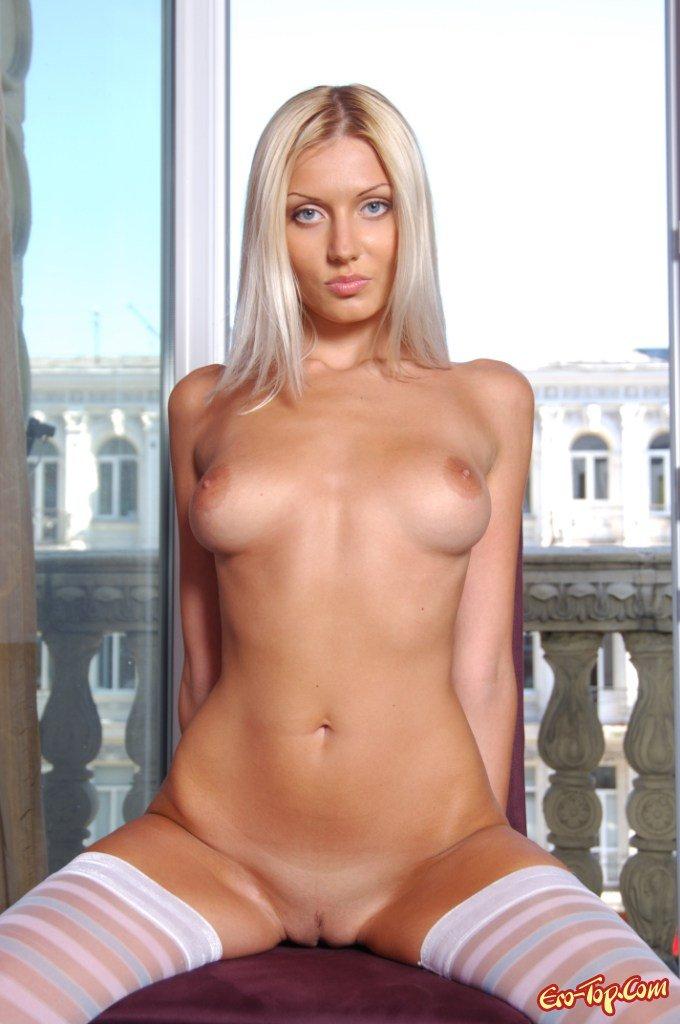 Голая блондинка в чулочках секс фото