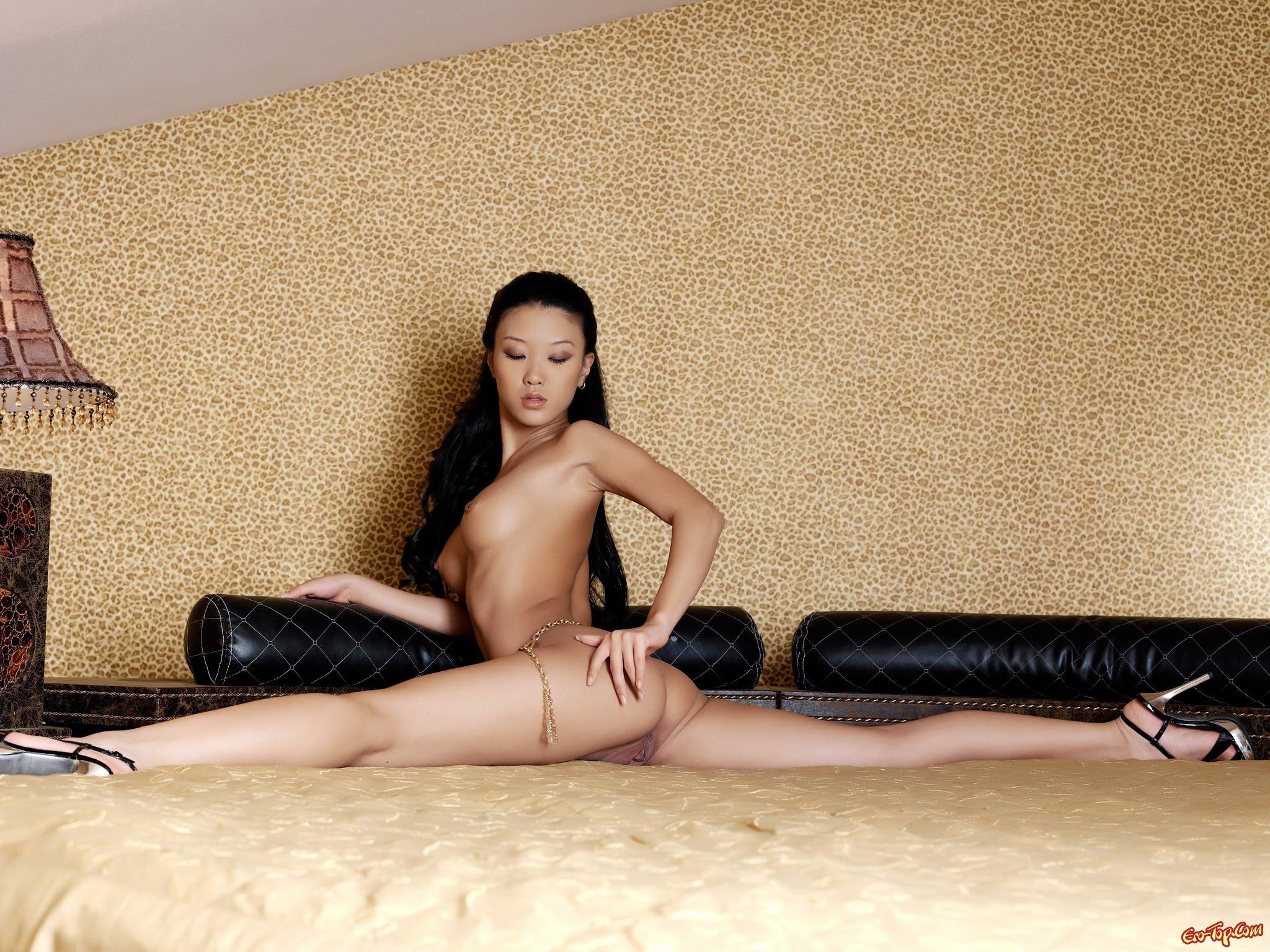 Азиатка на шпагате порно