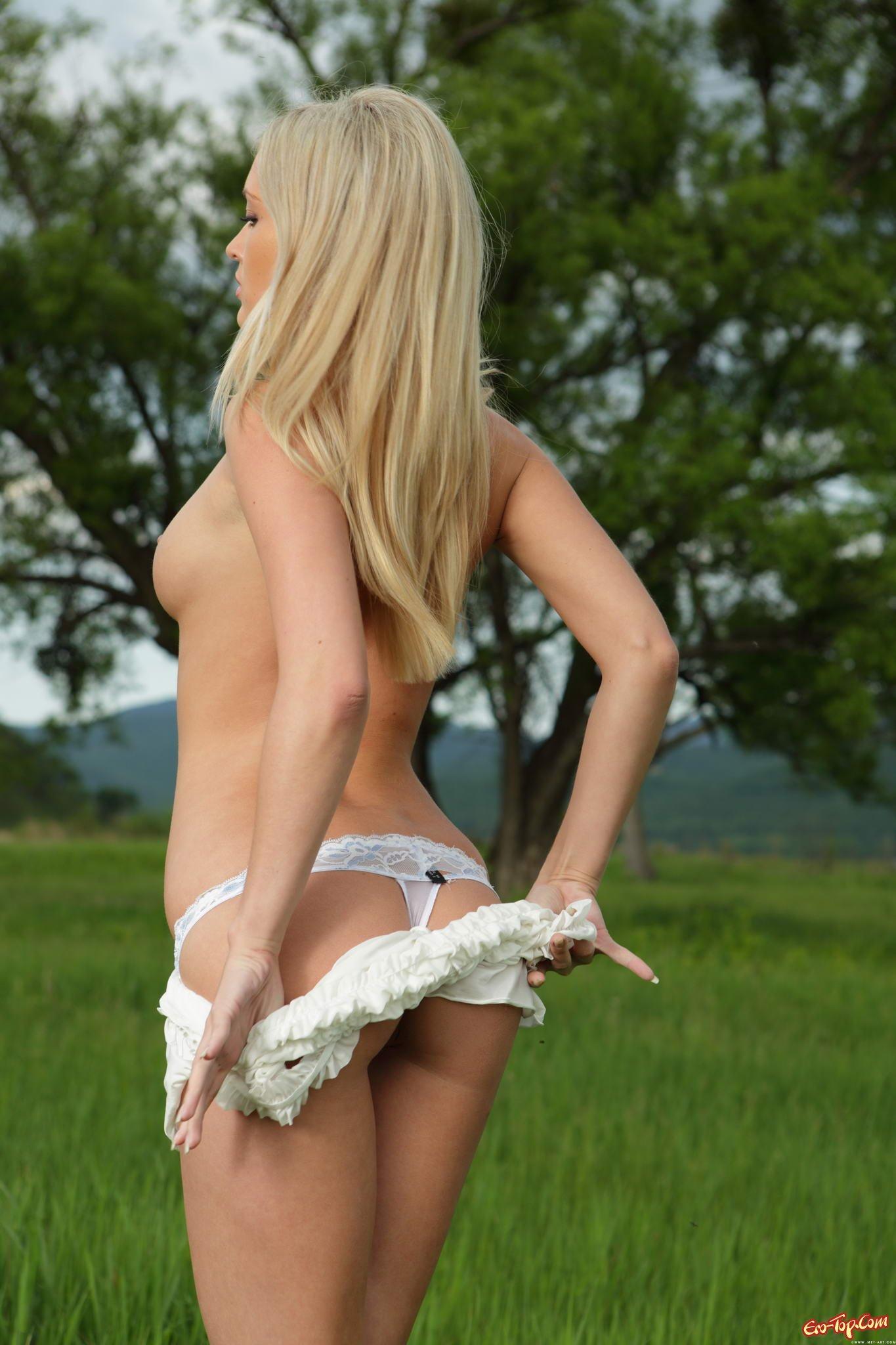 Голая в саду секс фото