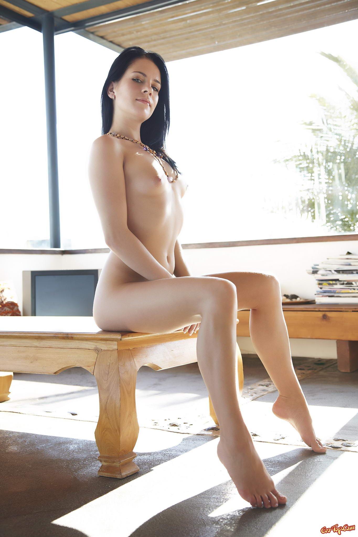Голая на столе секс фото