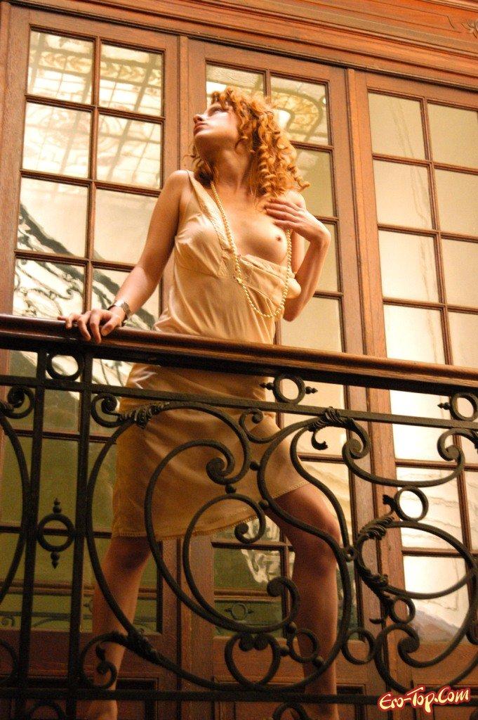 Голая на ступенях