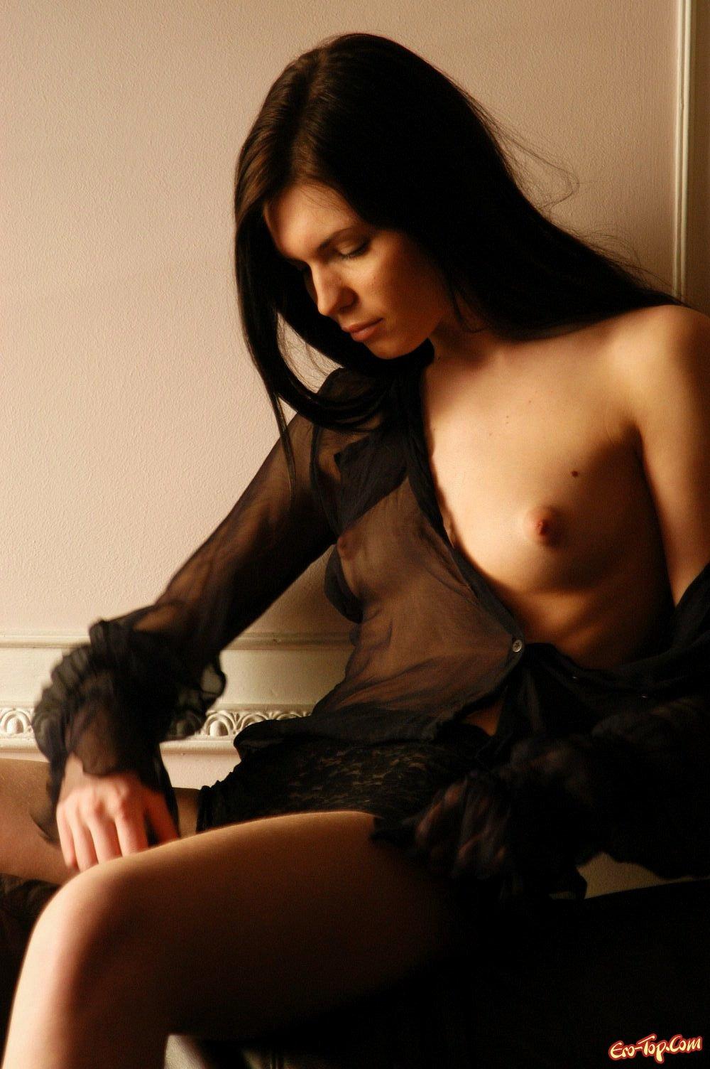 Девка показала свои сиськи смотреть эротику