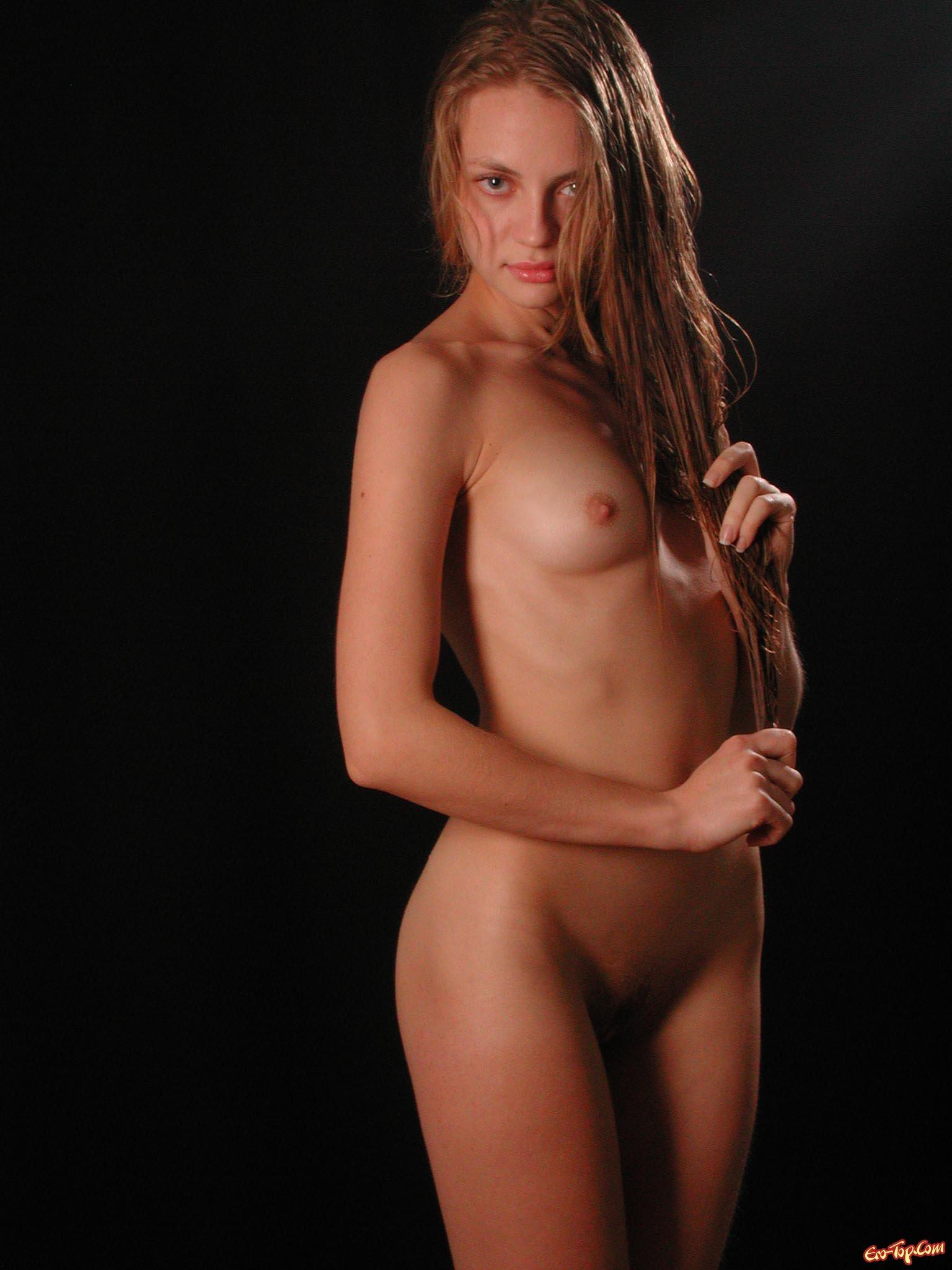 Голенькие сиси молоденькой секс фото