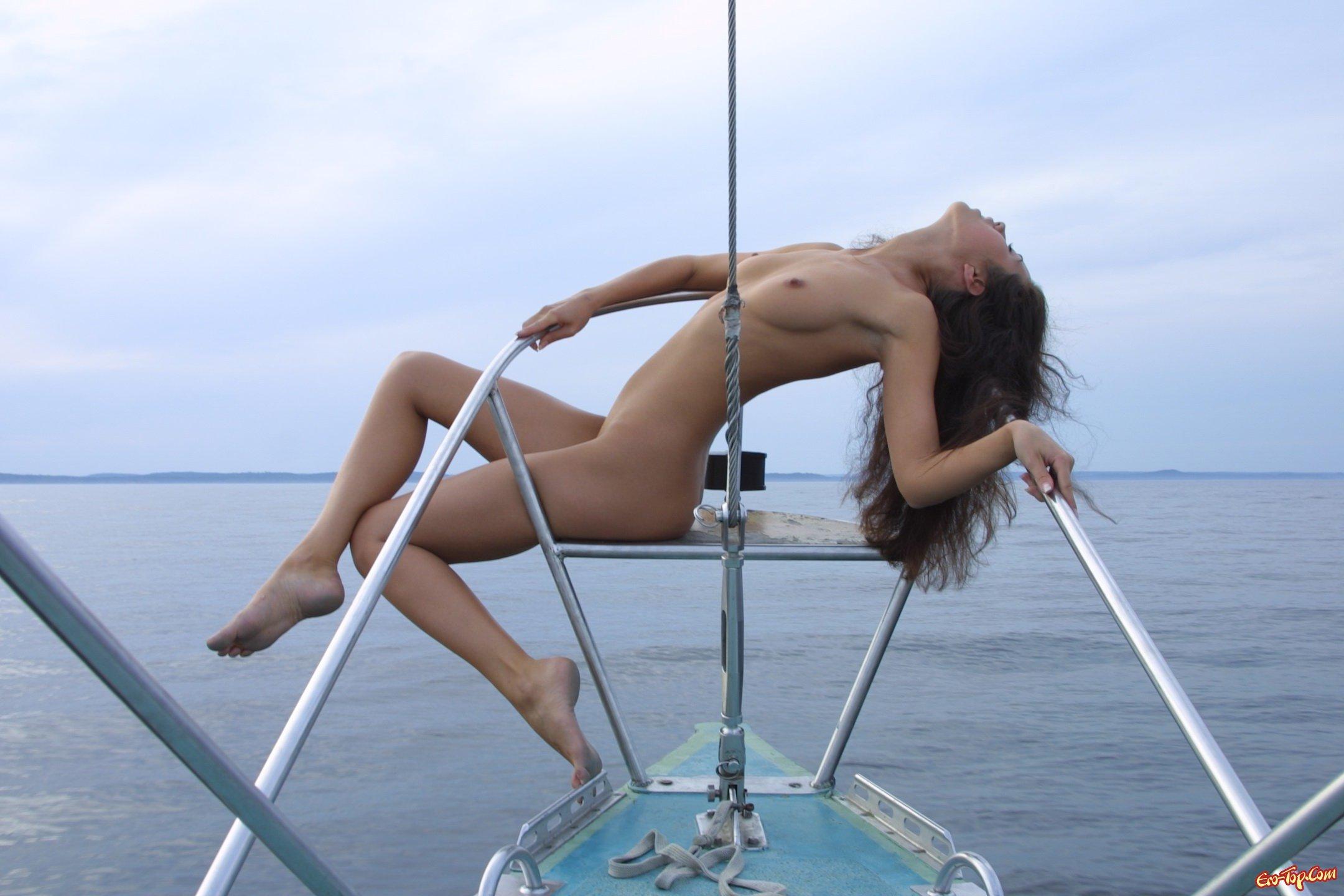 Обнаженная на корабле смотреть эротику