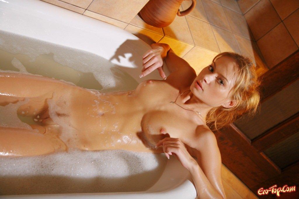 Девушка под струями воды