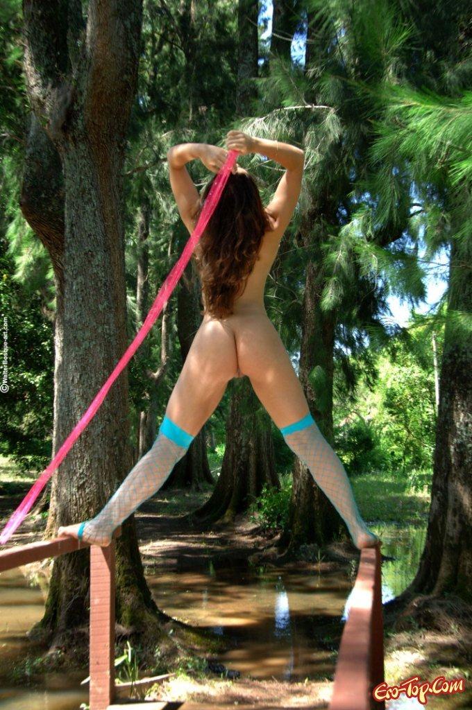 Голая в лесу