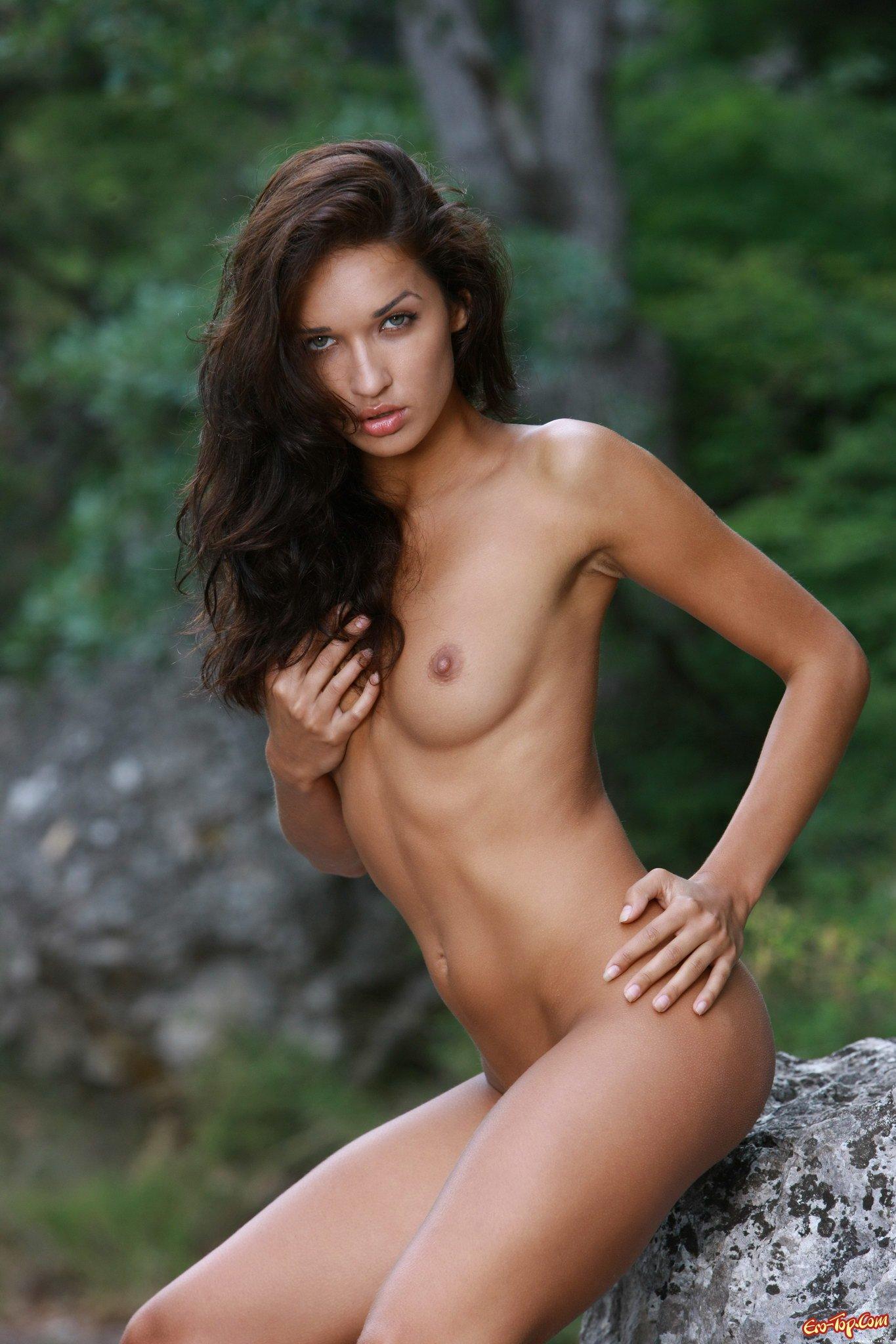 Голая красотка в лесу