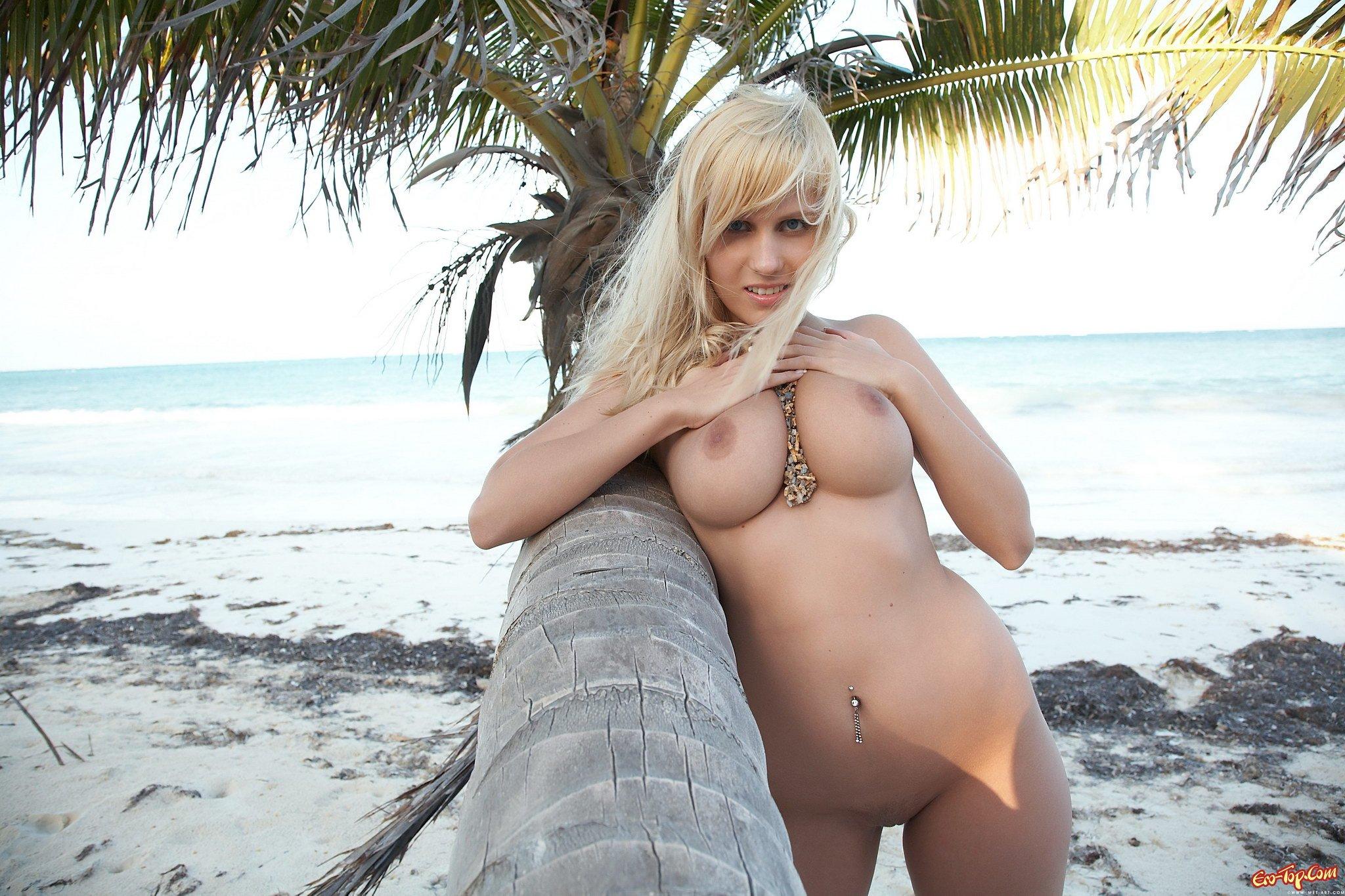 Обнаженная нежная блондинка