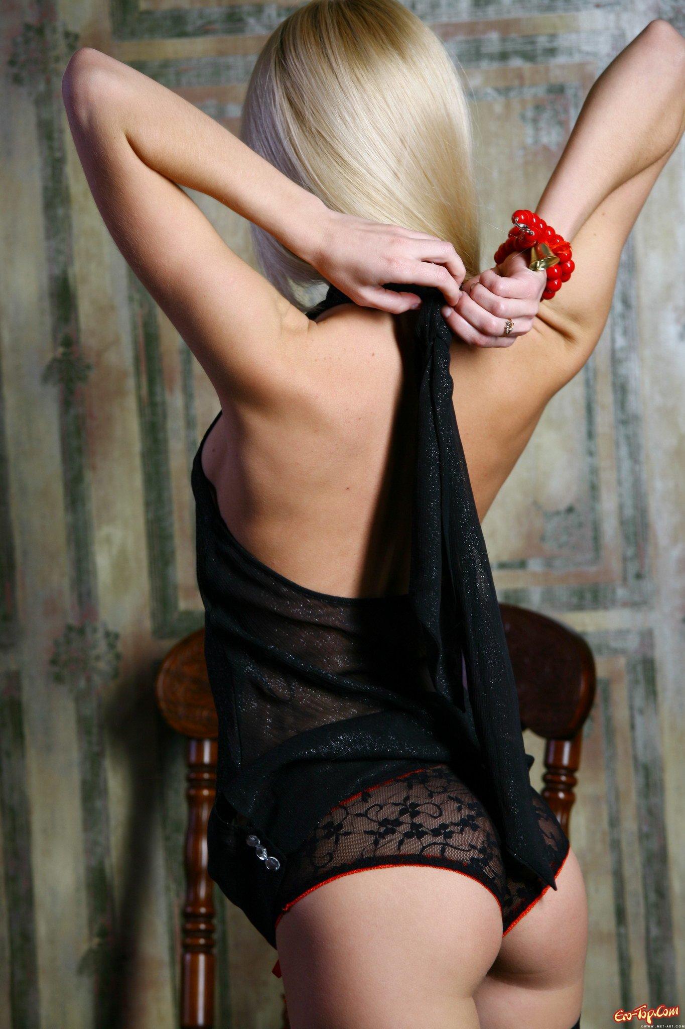 Блондиночка в чулках черных смотреть эротику