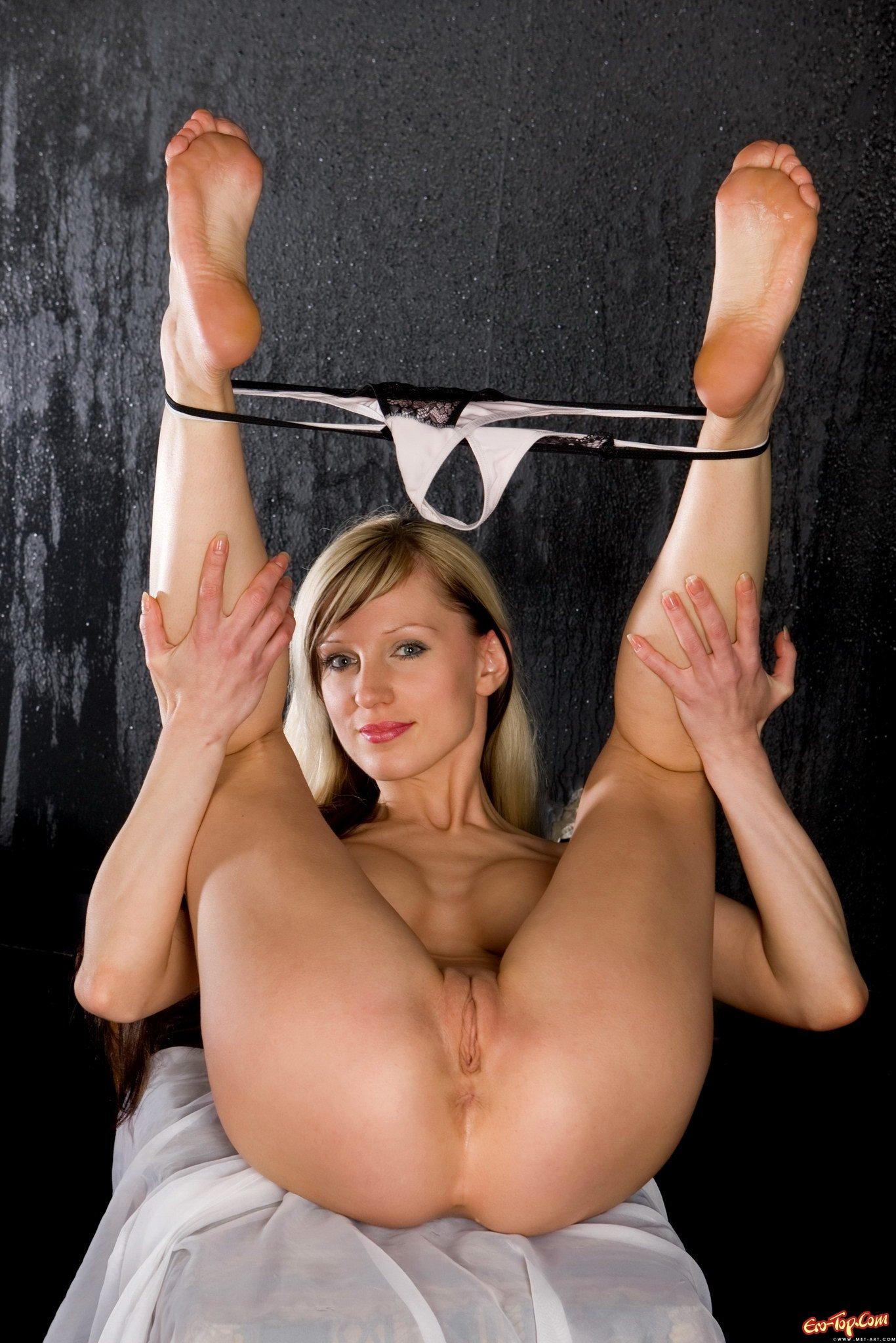razdvigaet-golie-nogi