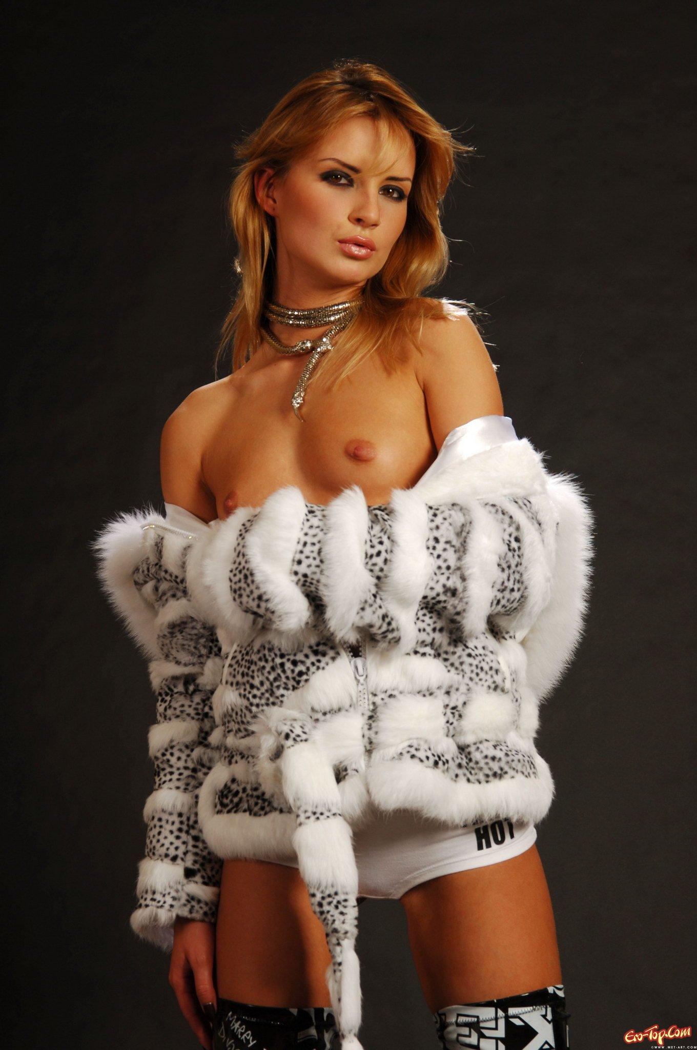 Фото голых девок в шубах фото 574-363