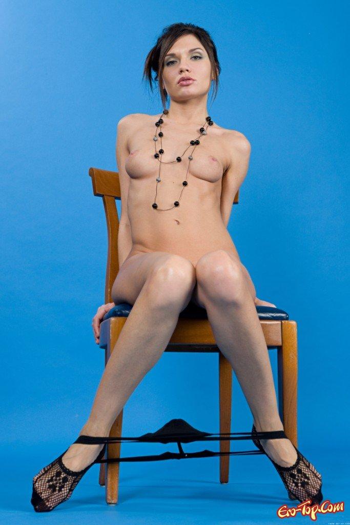 Голая в кресле