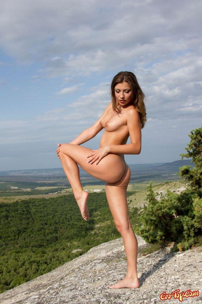 Обнаженная леди в горах