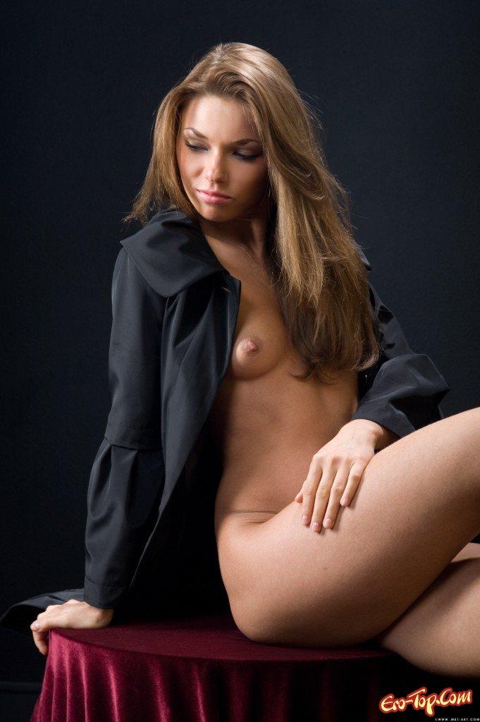 Голая девушка в плаще фото фото 600-56