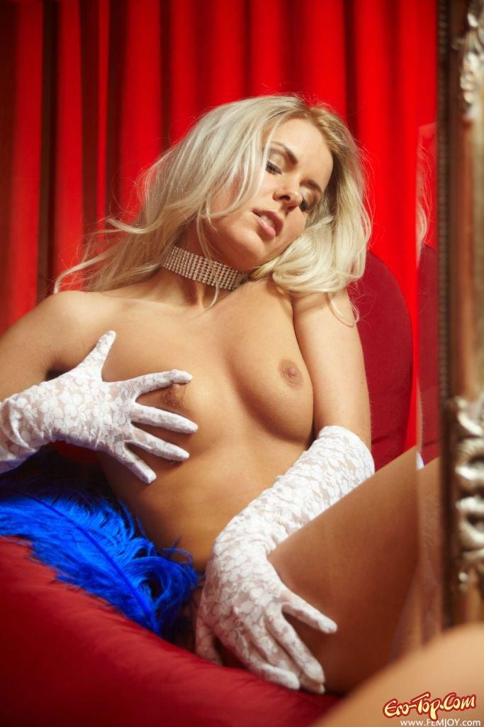Блондинка с голой грудью
