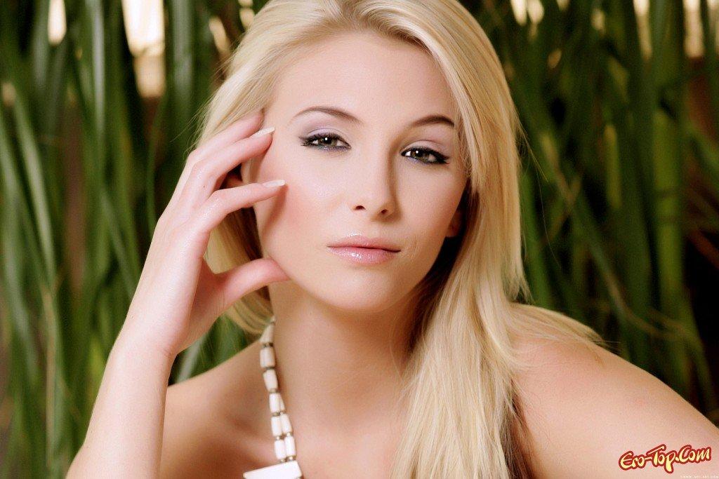 Возбужденная блондинка