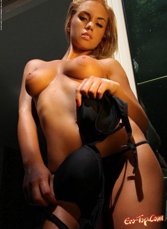 Девушка в черном нижнем белье