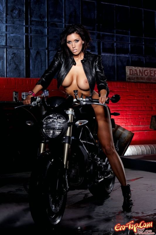 Раздетая на мотоцикле картинках