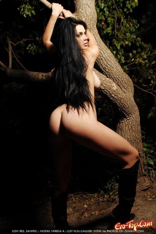 Бродит раздетой по лесу