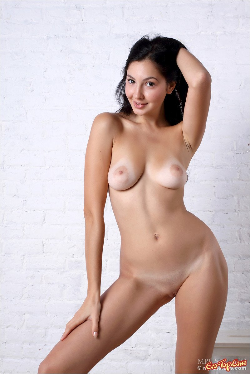 Голая прекрасная брюнетка секс фото