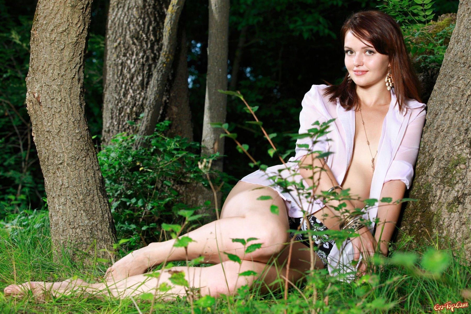 Девушки голые в лесу
